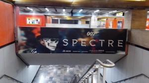 """Chicas Bond, Calaveras y  """"Spectre"""" en el Metro DF y la Central de autobuses Poniente."""